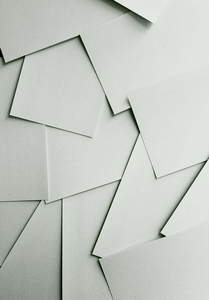 Papierstapel mit überlappenden Blättern