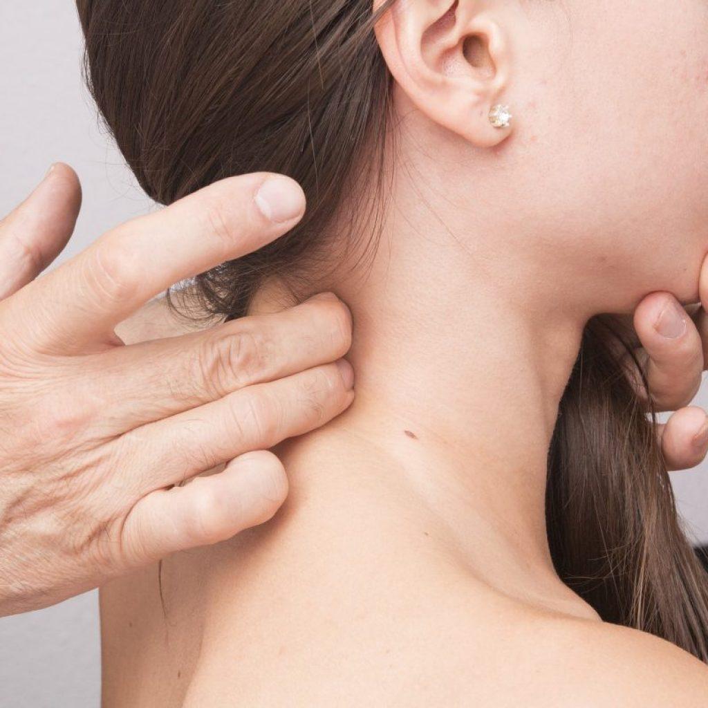 Arzt behandelt Frau mit Händen
