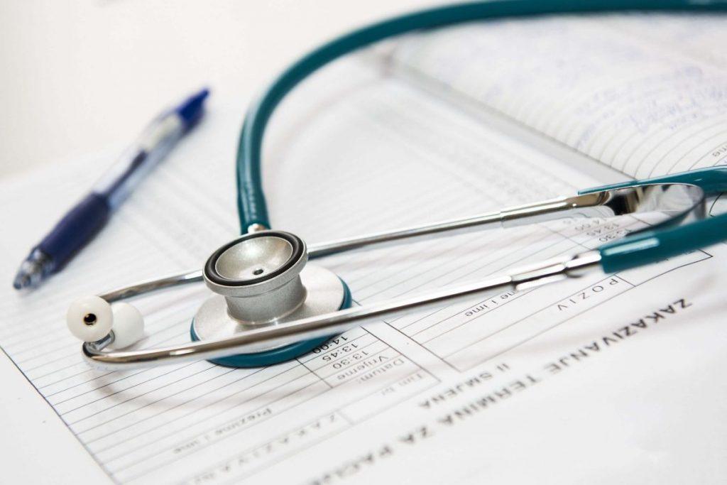 Stethoskop liegt auf einem Terminplaner