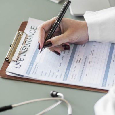 Arzt füllt einen Check Up Bogen aus